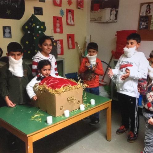 Die Kinder beim Übereichen der Geschenke